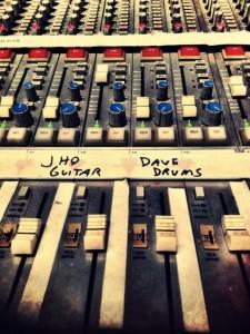 Dave Grohl será el baterista para el nuevo disco de Queens Of The Stone Age