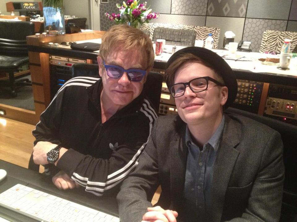 Sir Elton John con Patrick Stump, frontman de Fall Out Boy