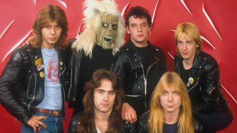 Clive Burr (izquierda) con Eddie, la mascota de Iron Maiden y los demás integrantes de la banda