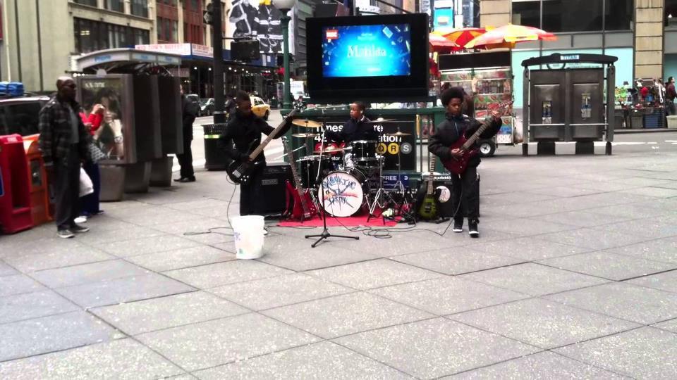 Tocando en las calles de Times Square en Nueva York