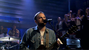 "Kings Of Leon se presentaron ayer en el programa ""Late Night with Jimmy Fallon"""