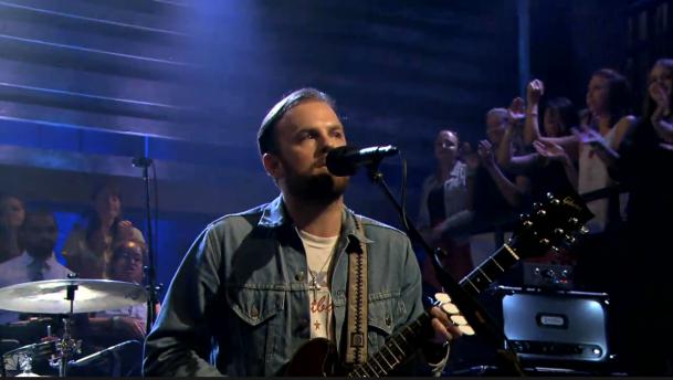 "Kings Of Leon se presentaron ayer en el programa ""Late Night with Jimmy Fallon"""