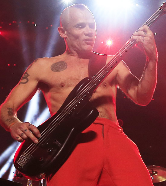 Flea tocando con Red Hot Chili Peppers en el Super Bowl XLVIII